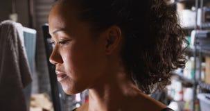Portrait latéral de femme asiatique se tenant dans son garage image libre de droits