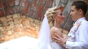 Portrait latéral en gros plan des couples de baiser de sourire de nouveaux mariés Verticale extérieure banque de vidéos