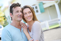 Portrait of loving couple smiling in front of their house Royalty Free Stock Photos