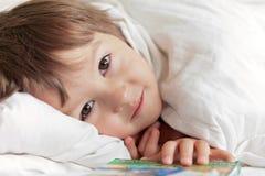Portrait lumineux de petit garçon mignon adorable image libre de droits