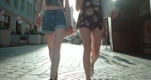Portrait méconnaissable de deux filles maigres marchant dans une rue de ville Photographie stock libre de droits