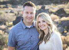 Portrait mûr attrayant heureux et souriant de couples dehors images libres de droits