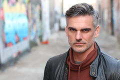 Portrait mûr urbain élégant d'homme avec l'espace de copie image stock