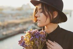 Portrait magnifique de jeune femme avec des fleurs image libre de droits