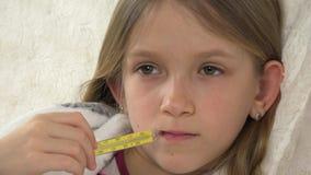 Portrait malade d'enfant avec le thermomètre, fille malade dans le lit, enfant triste souffrant 4K froid banque de vidéos