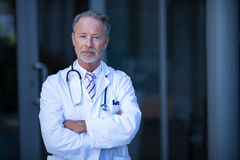 Portrait of male surgeon standing with arms crossed. At the hospital Royalty Free Stock Photos