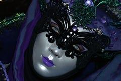 Portrait masqué costumé pourpre de femme Image stock