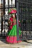 Portrait masqué costumé vert rouge de femme Photographie stock libre de droits