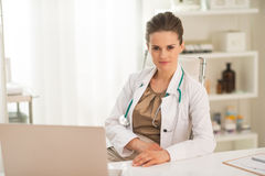Portrait of medical doctor woman in office Royalty Free Stock Photos