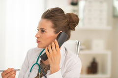 Portrait of medical doctor woman talking phone Royalty Free Stock Photography