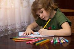 Portrait mignon de peu de dessin de fille d'enfant par les crayons multicolores Image libre de droits