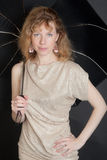 Portrait mit einem schwarzen Regenschirm Stockfotografie