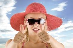 Portrait mit rosafarbenem Hut und Sonnenbrillen Lizenzfreies Stockbild