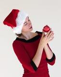 Portrait mit roter Weihnachtskugel Lizenzfreies Stockfoto