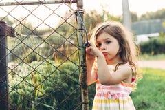 Portrait modifié la tonalité d'une petite fille mignonne semblant t proche debout triste Photos stock