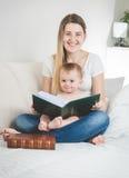 Portrait modifié la tonalité de jeune mère et son de bébé garçon posant avec grand Photographie stock libre de droits