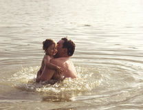 Portrait modifié la tonalité du père et de la fille jouant ensemble au lac Photo libre de droits