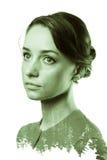 Portrait modifié la tonalité noir et blanc de double exposition de forêt de femme et de pin Image stock