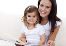 Portrait of mother and daughter reading Royalty Free Stock Photos