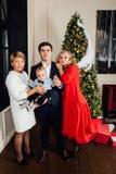 Portrait multi de groupe de famille de génération sur un fond d'arbre de Noël An neuf photographie stock