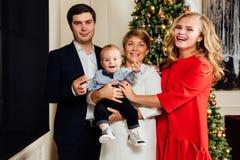 Portrait multi de groupe de famille de génération sur un fond d'arbre de Noël An neuf Photographie stock libre de droits