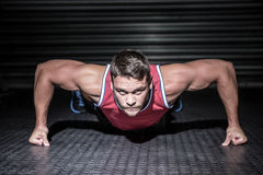 Portrait of muscular man doing push-ups Royalty Free Stock Photos