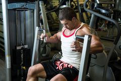Portrait of a muscular man in the gym Royalty Free Stock Photos