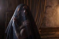 Portrait mystérieux de belle femme dans le voile noir de dentelle Photographie stock libre de droits