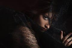 Portrait mystérieux de belle femme dans le voile noir de dentelle Images stock
