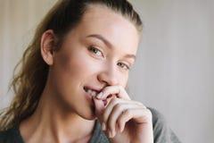 Portrait nah oben von der jungen schönen Frau Lizenzfreies Stockfoto
