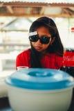 Portrait naturel, fille asiatique avec le refroidissement de lunettes de soleil Photos libres de droits