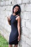 Portrait noir de fille utilisant un téléphone photo libre de droits