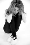 Portrait noir et blanc d'adolescent féminin seul triste Photos libres de droits