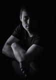 Portrait noir et blanc d'un jeune homme images stock