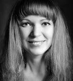 Portrait noir et blanc d'une femme heureuse Images stock