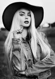 Portrait noir et blanc d'une fille blonde sexy de pays Photos stock