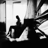 Portrait noir et blanc d'une jeune mariée simple la fenêtre Une belle silhouette d'une femme photos libres de droits