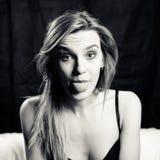 Portrait noir et blanc de beau sexi blond Photographie stock libre de droits