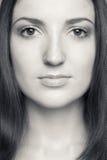 Portrait noir et blanc de brune caucasienne Image libre de droits