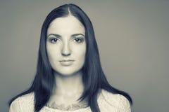 Portrait noir et blanc de brune caucasienne Photographie stock
