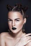 Portrait noir et blanc de femme de beauté de cheveux foncés Photographie stock libre de droits