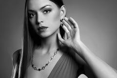 Portrait noir et blanc de femme en bijoux photographie stock