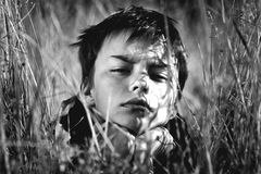 Portrait noir et blanc de garçon Photographie stock