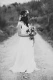 Portrait noir et blanc de jeune mariée de Bohème en nature, avec le bouqu Photo libre de droits