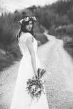 Portrait noir et blanc de jeune mariée de Bohème en nature, avec le bouqu Image libre de droits