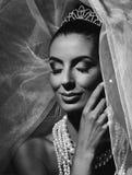 Portrait noir et blanc de jeune mariée heureuse Photos libres de droits