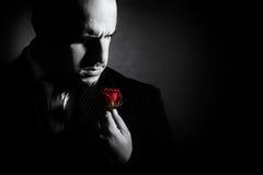 Portrait noir et blanc de l'homme, caractère comme un parrain photographie stock