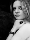 Portrait noir et blanc de modèle qui lood à l'appareil-photo photographie stock libre de droits