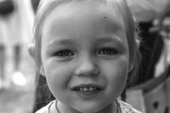 Portrait noir et blanc de plan rapproché d'une petite fille mignonne Photo stock
