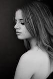 Portrait noir et blanc une belle fille avec le regard abaissé images stock